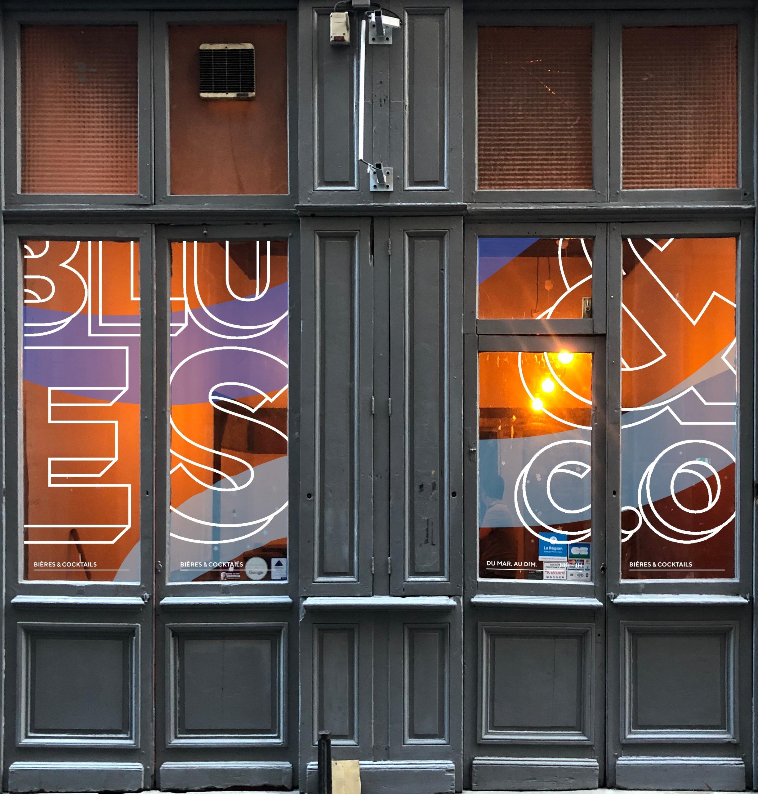 Marquage adhésif vitre coloré