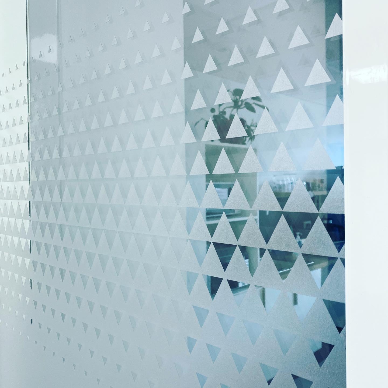 vitrophanie lyon depoli découpe 4colors triangles