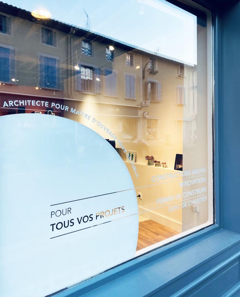 Vitrophanie vitrine blanc pose intérieur pour cabinet d'architecte DPLG