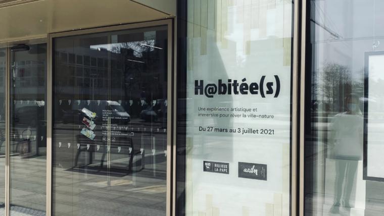 Vitrophanie de la Médiathèque de Rillieux-la-Pape pour l'exposition H@bitée(s)