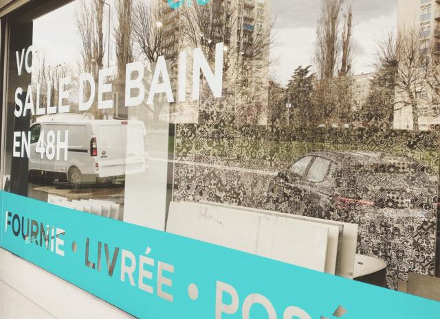 Vitrophanie de la vitrine du magasin création et travaux Saint-Etienne