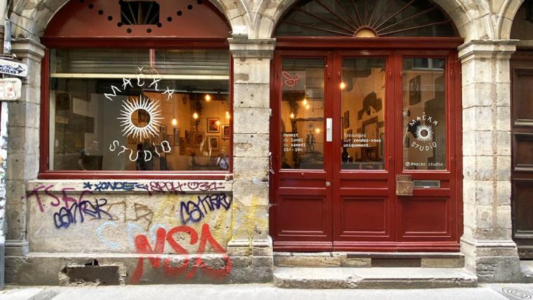 Vitrophanie et signalétique adhésive pour le salon de tatouage MackaStudio