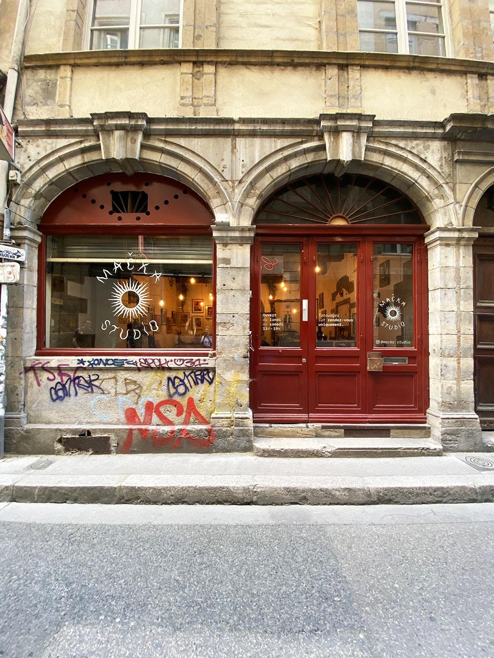 Vitrophanie Lyon, salon de tatouage Macka Studio