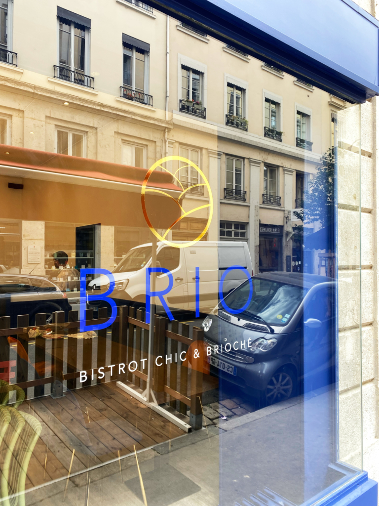 Vitrophanie restaurant Brio Lyon : Finition Or brillant, bleu et blanc